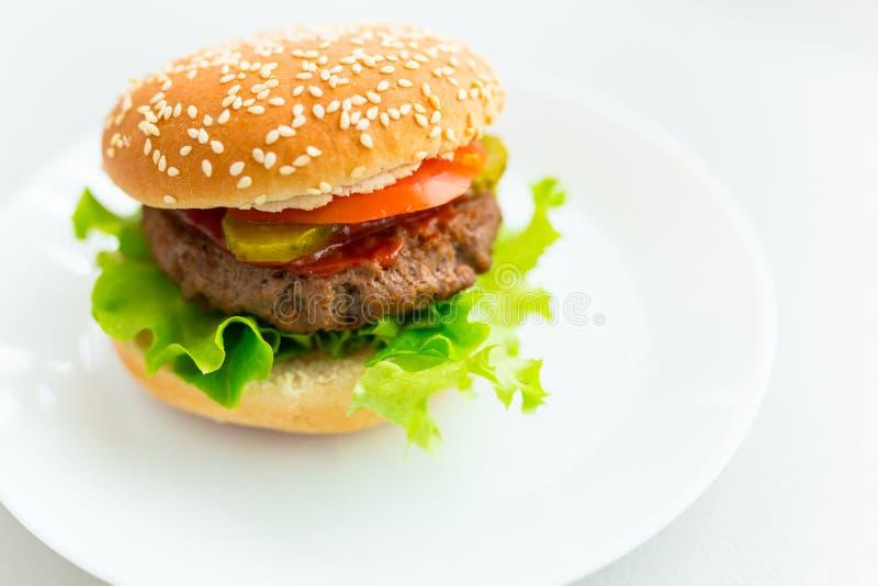 Hemlagad hamburgare på plattan fotografering för bildbyråer