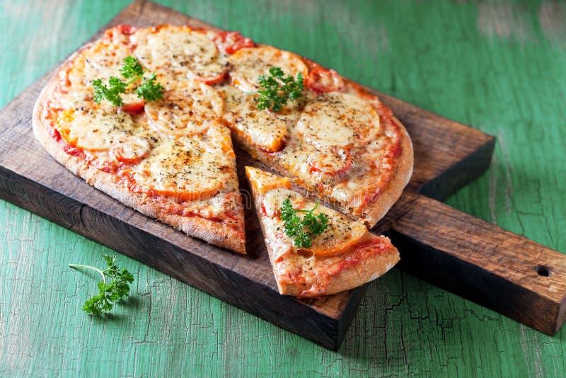 Hemlagad hel vetepizza royaltyfria bilder