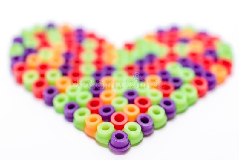 Hemlagad hjärta av plast- pärlor som en trevlig gåva för mors dag royaltyfri bild