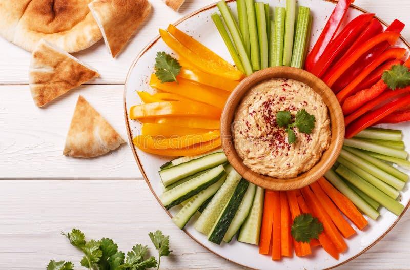Hemlagad hummus med blandade nya grönsaker och pitabröd arkivfoto