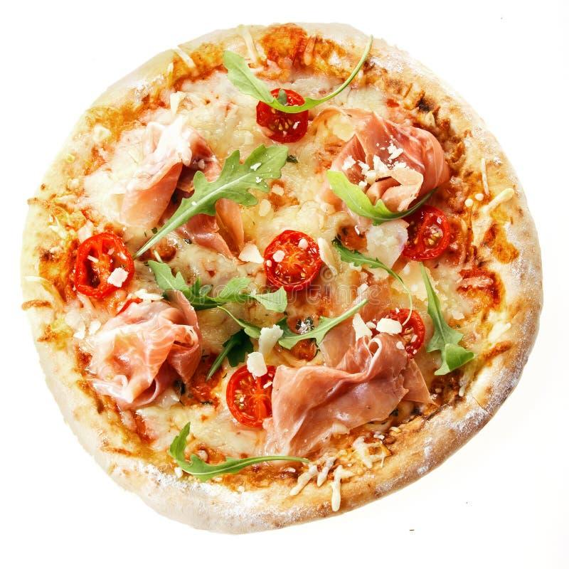 Hemlagad italiensk pizza med den parma skinka och raket royaltyfria bilder