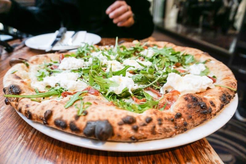 Hemlagad italiensk pizza med raket och ost royaltyfria bilder