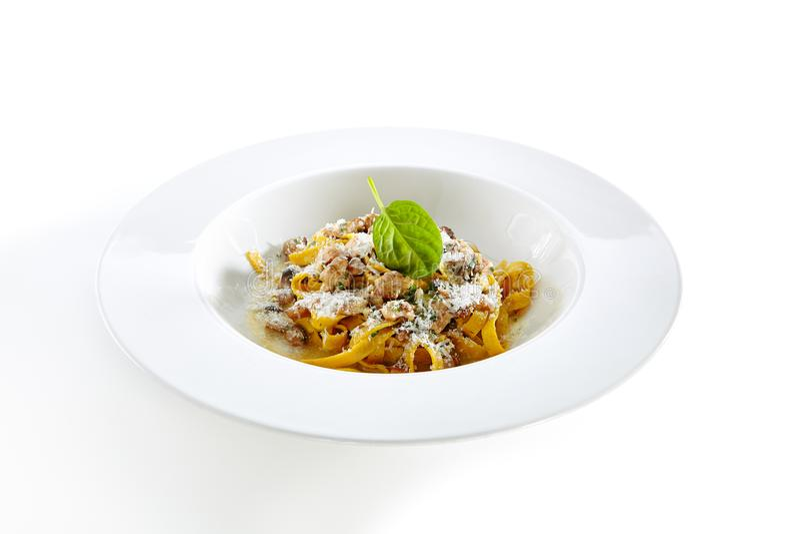 Hemlagad italiensk tagliatelle med champinjonragu och tryffelIso arkivbilder