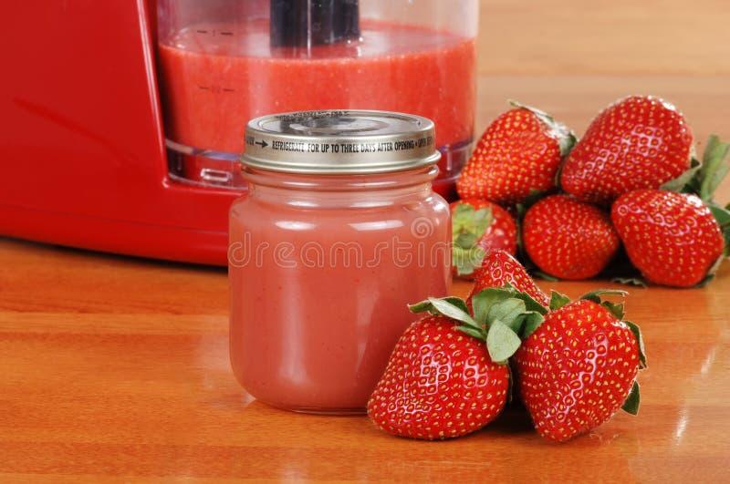 hemlagad jordgubbe för babyfood arkivbild