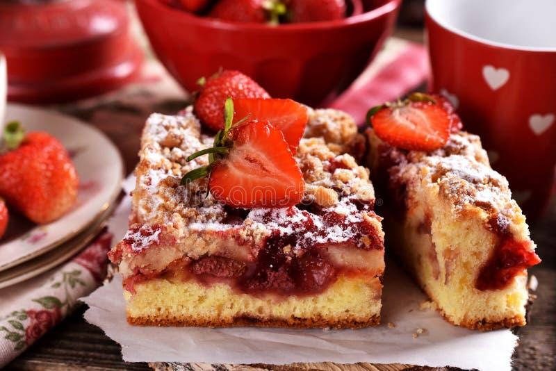 Hemlagad jordgubbekaka i lantlig stil arkivbilder