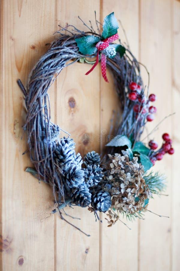 Hemlagad julkranscloseup på den främre trädörren arkivbild