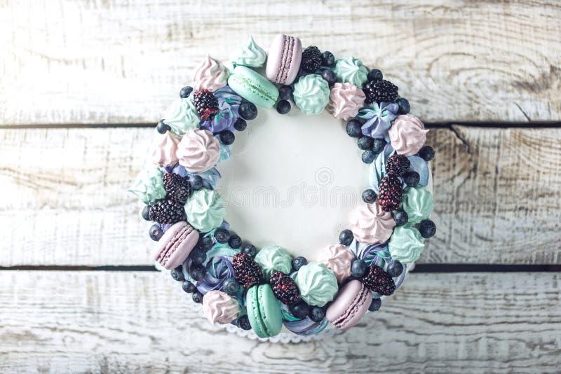 Hemlagad kaka med bärbjörnbär, blåbär, maräng och marshmallower royaltyfri fotografi