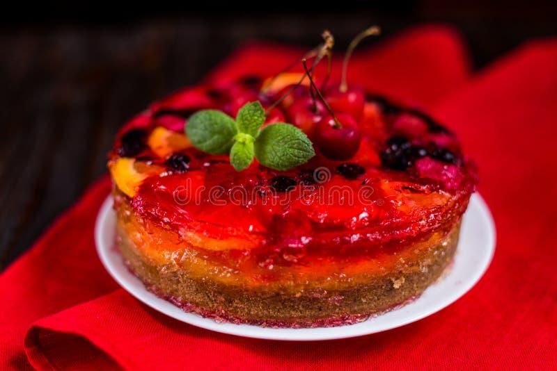 Hemlagad kaka med gelé och bär arkivfoton