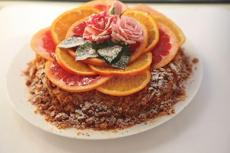 Hemlagad kaka/ostkaka med apelsinen, limefrukt och choklad fotografering för bildbyråer