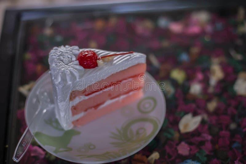 Hemlagad kaka & x22; Röda Velvet& x22; dekorerat med kräm arkivbild