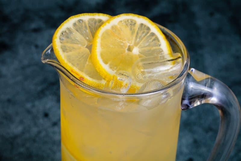 Hemlagad kall lemonad fotografering för bildbyråer