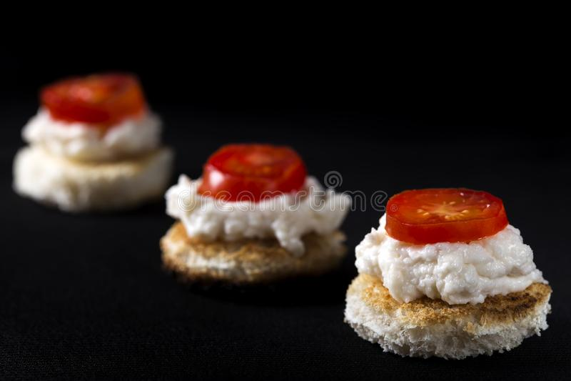Hemlagad karpfiskromsallad på rostat bröd royaltyfri foto