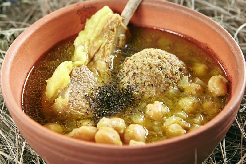 Hemlagad Kufta Bozbash fårköttsoppa med grönsaker, köttbollar och kryddor i keramisk bunke för tappning arkivbilder