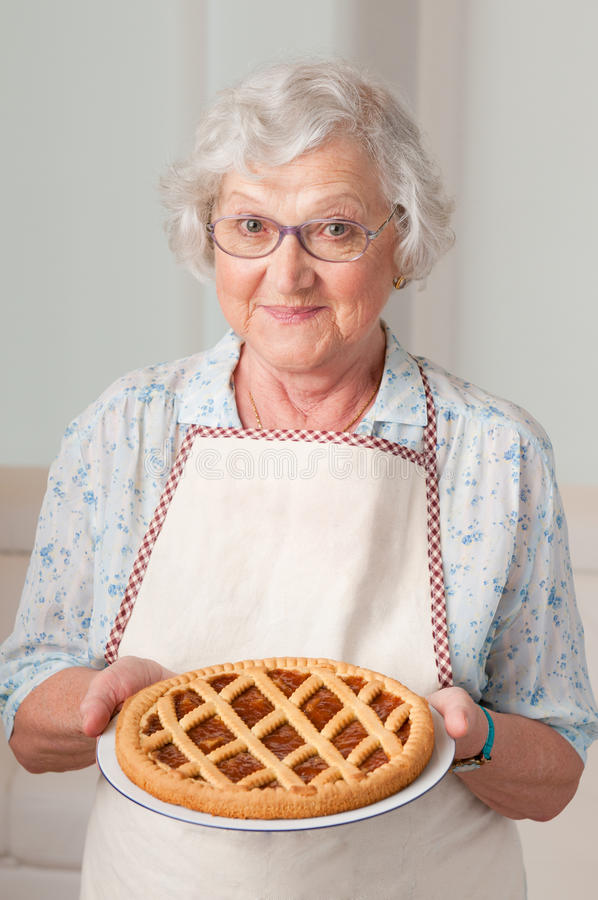 hemlagad ladypensionär för cake arkivbild