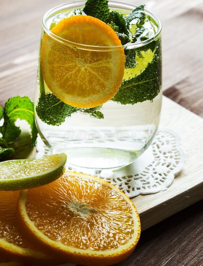 Hemlagad lemonad med apelsinen och mintkaramellen royaltyfri fotografi