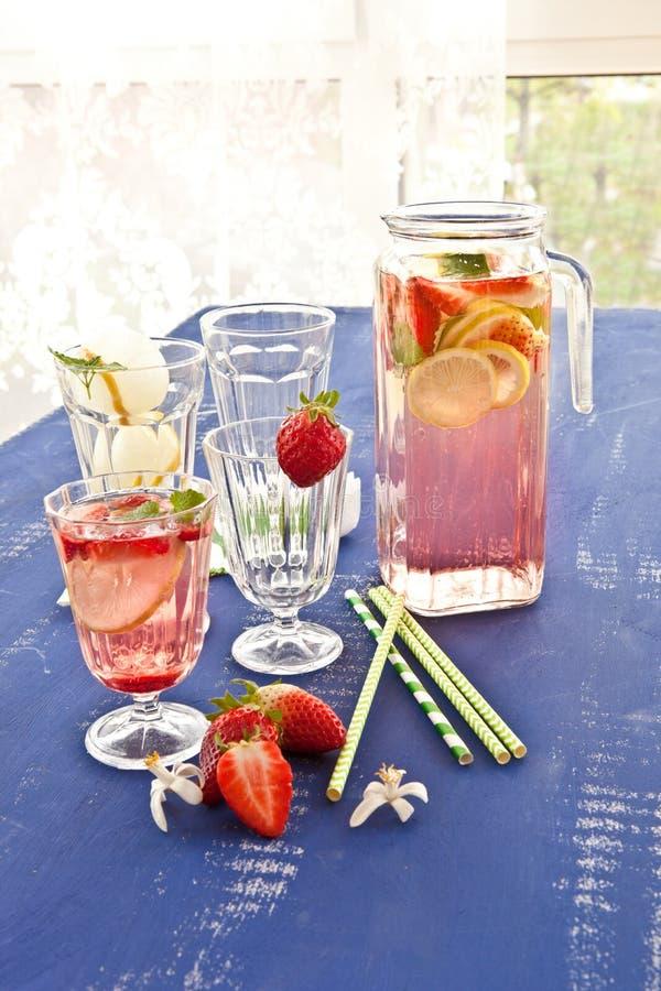 Hemlagad lemonad med jordgubbar royaltyfria foton