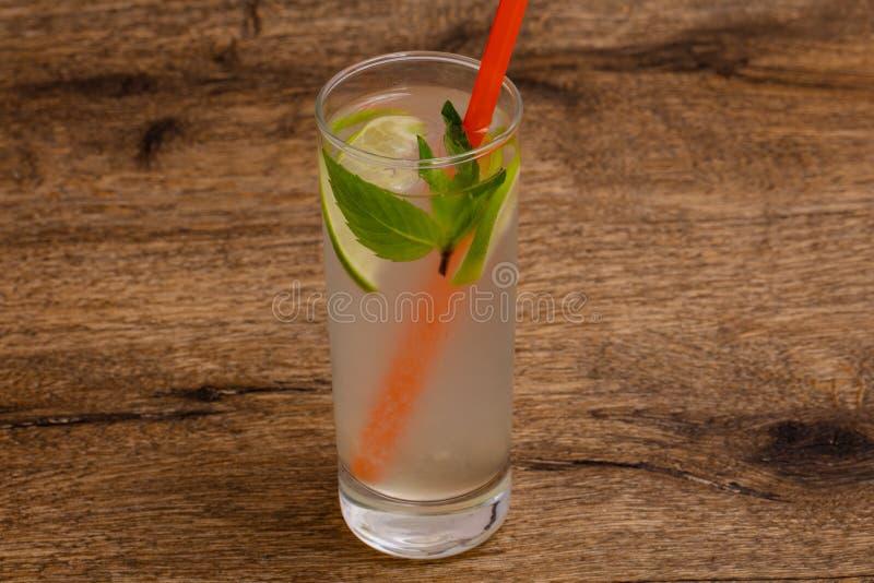 Hemlagad lemonad med limefrukt arkivfoto