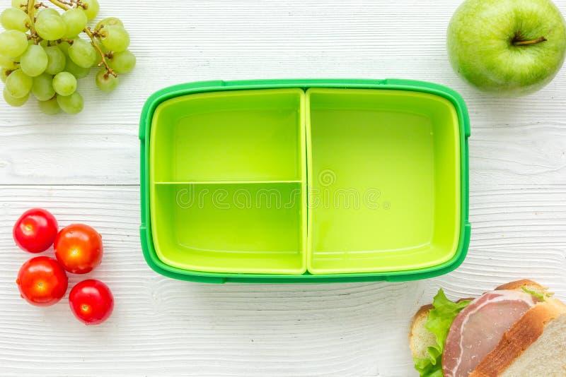 Hemlagad lunch med äpplet, tomaten och smörgåsen i bästa sikt för grön lunchbox arkivfoton
