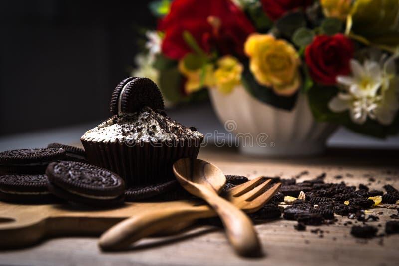 Hemlagad mörk chokladmuffin med chokladkakor på woen arkivbild
