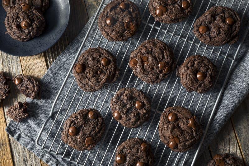 Hemlagad mörkerdubblettchoklad Chip Cookies arkivbild