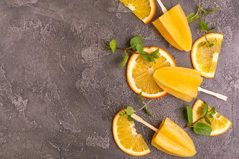 Hemlagad orange isglass med den mogna orange och nya mintkaramellen royaltyfria bilder