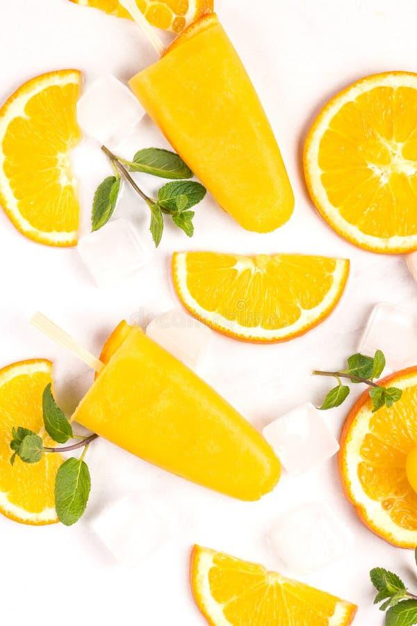 Hemlagad orange isglass med den mogna orange och nya mintkaramellen fotografering för bildbyråer