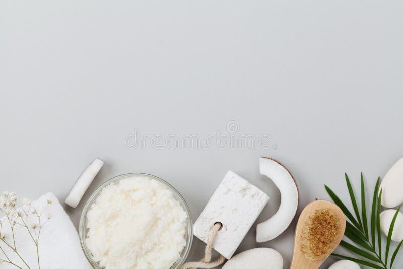 Hemlagad organisk skönhetsmedel för skalning och brunnsortomsorg Kroppen skurar av kokosnötolja, socker och bästa sikt för shavin royaltyfria bilder