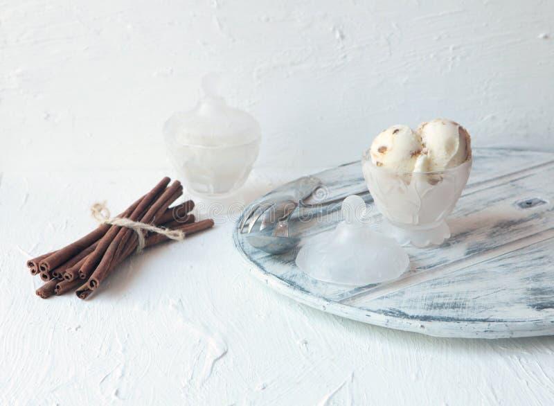 Hemlagad organisk vit Vanilla Ice kräm med muttrar och iskuber och stora cinamonas arkivfoton