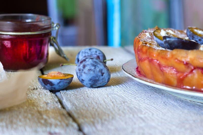 Hemlagad paj för shortcrustplommonkaka som är lantlig på träbakgrund Bakelse för höstfruktsmulpaj fotografering för bildbyråer