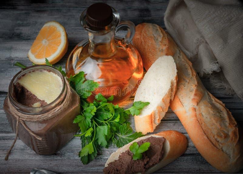 Hemlagad pasta fr?n avfall p? bagetten P? grundtabellen finns det en exponeringsglaskrus, en citron, en kniv, en bagett, sky, oli royaltyfri bild