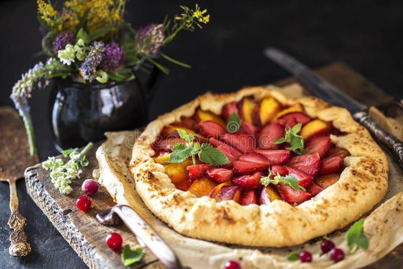 hemlagad piejordgubbe Kex med nya jordgubbar och ber royaltyfri foto