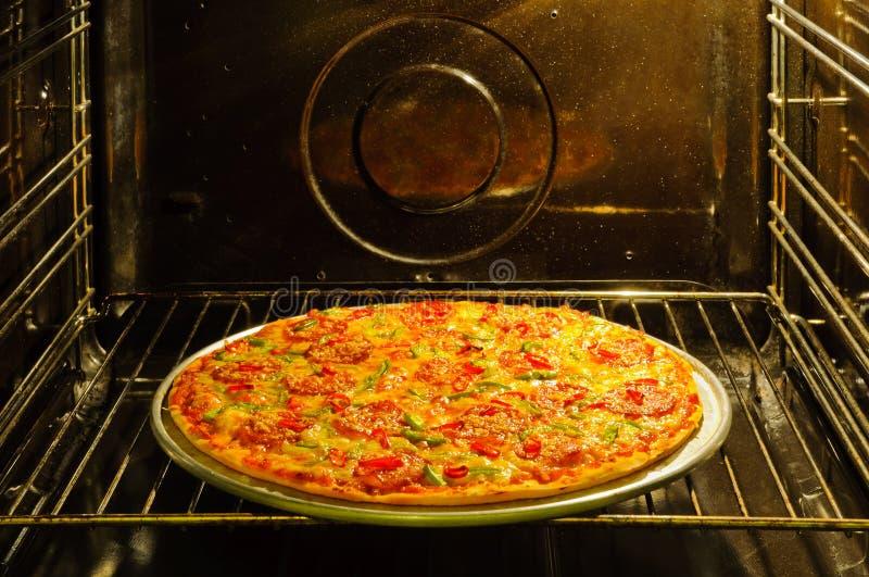 Hemlagad Pizza I Ugn Royaltyfria Bilder