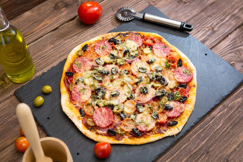 Hemlagad pizza med peperonikorven på tabellen arkivfoton