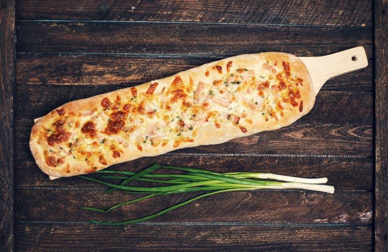Hemlagad pizza på lantlig träbakgrund Retro utformade matlodisar fotografering för bildbyråer