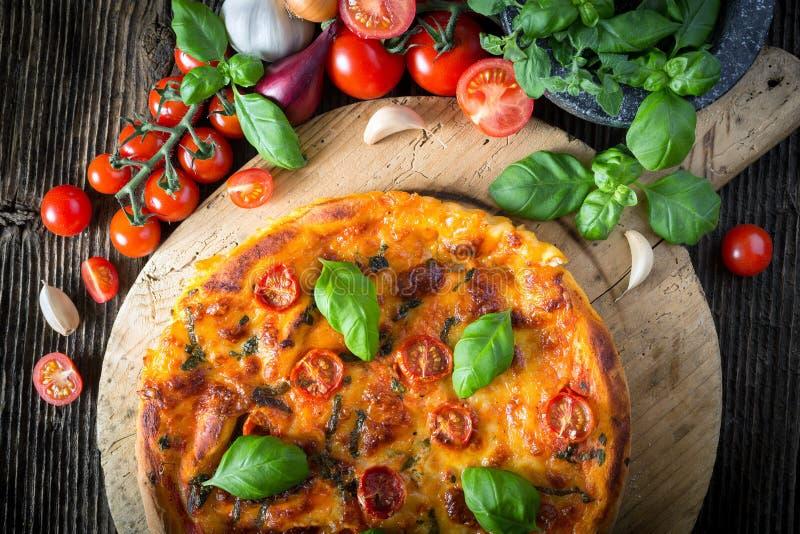 hemlagad pizzamargherita med mozzarellaen, basilika och tomater royaltyfria foton