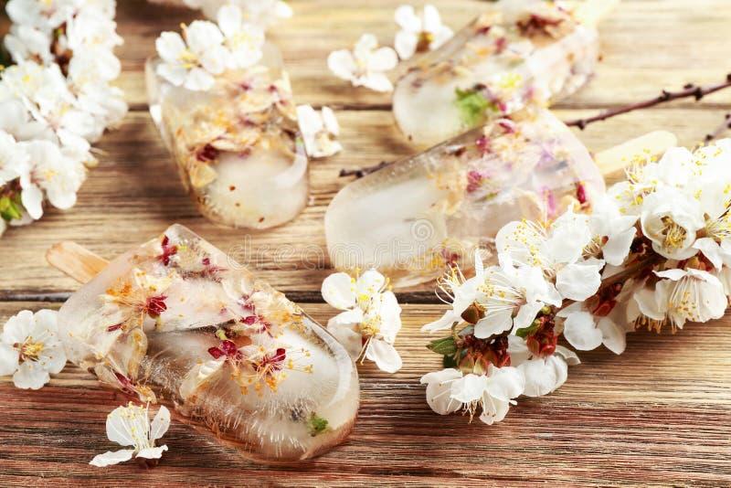 Hemlagad is poppar med blommor arkivbild