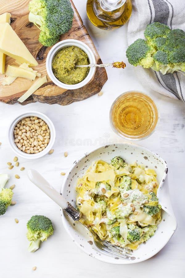 Hemlagad pumpapastatagliatelle med broccoli och pesto royaltyfria bilder