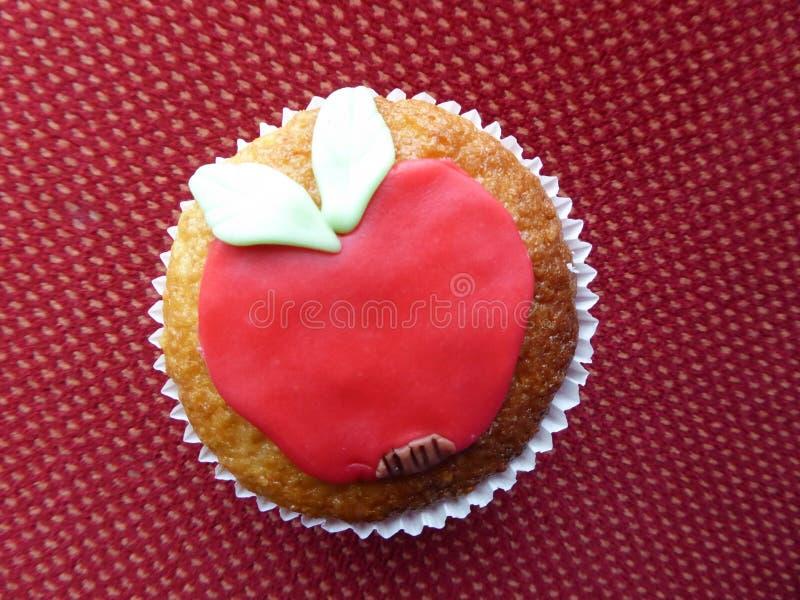 Hemlagad röd äpplemuffin royaltyfri bild