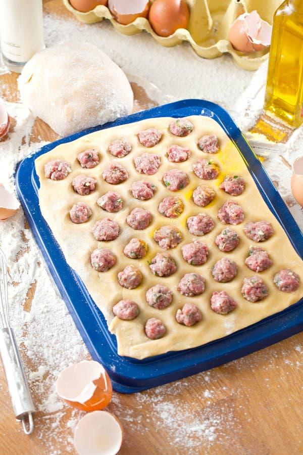 Hemlagad ravioli Ny deg och ravioli som är traditionella till den lantliga tabellen royaltyfria foton