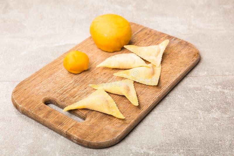 Hemlagad ravioli Ny deg och ravioli som är traditionella till träskärbrädan royaltyfri fotografi