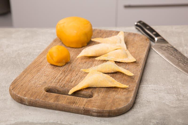 Hemlagad ravioli Ny deg och ravioli som är traditionella till träskärbrädan Laga mat som är processaa royaltyfri fotografi