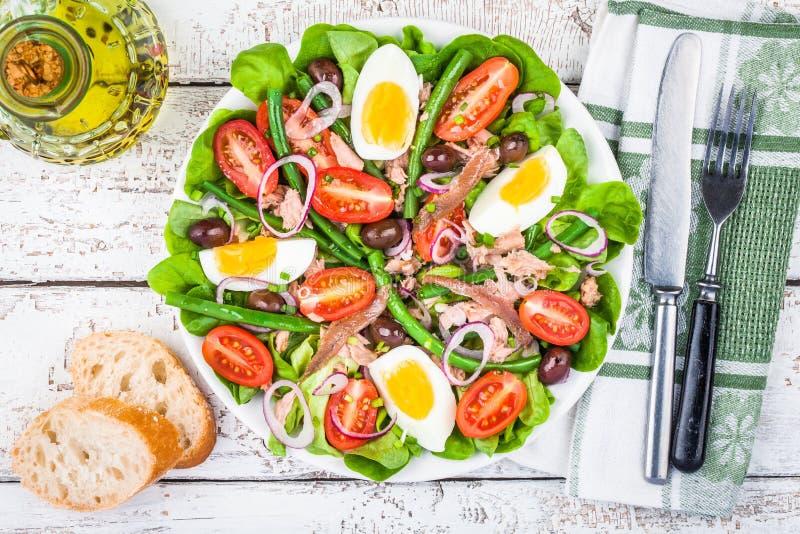 Hemlagad salladnicoise med tonfisk, ansjovisar, tomater arkivfoto