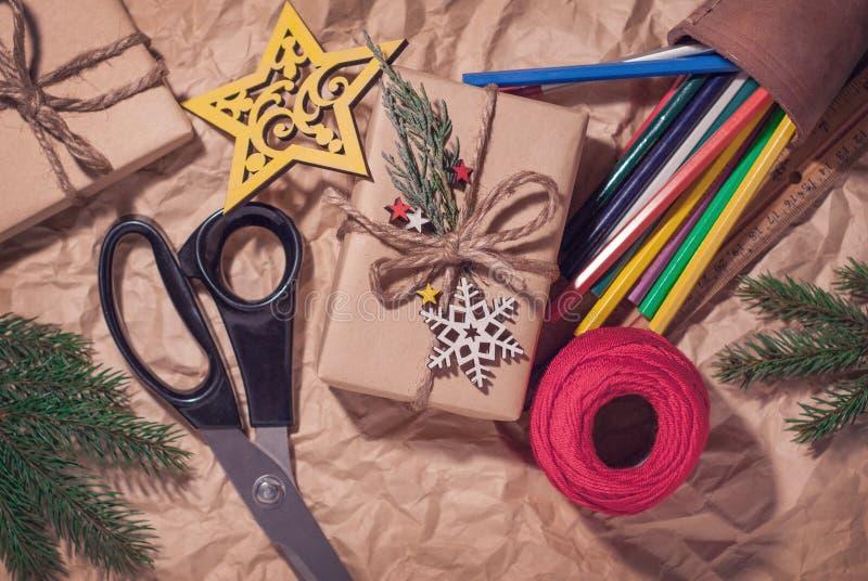 Hemlagad slågen in jul framlägger med royaltyfri foto