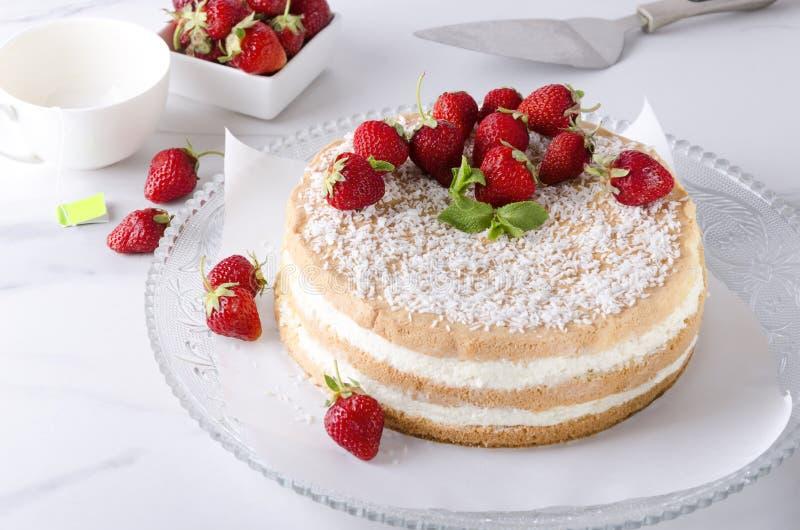 Hemlagad smaklig sockerkaka Tetid, ljusbrun kaka med jordgubbar royaltyfri foto