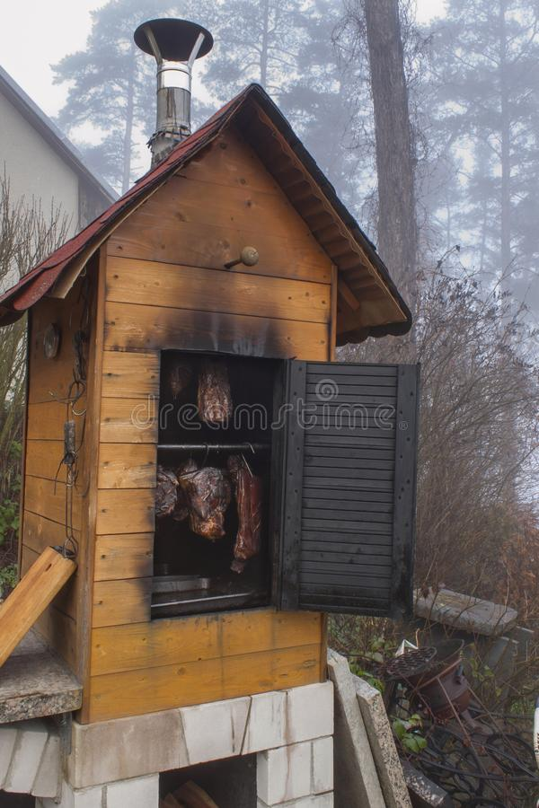 Hemlagad smokehouse i den inhemska produktionen för morgonmist av korvar Smokehouse på huset i träna fotografering för bildbyråer