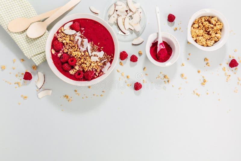 Hemlagad smoothiebunke som göras med bär arkivbild