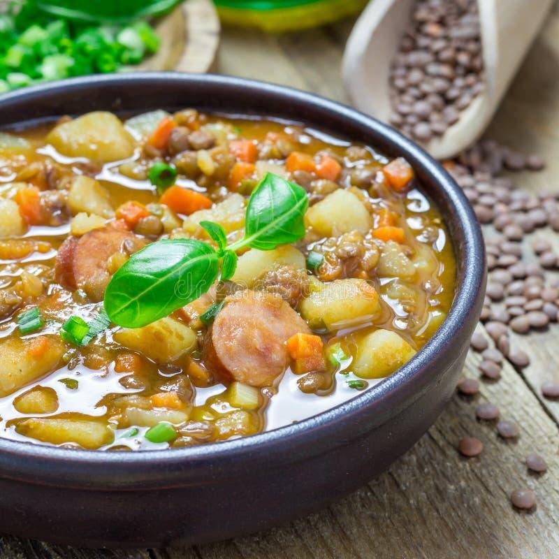 Hemlagad soppa med linser och korvar, fyrkant arkivbilder