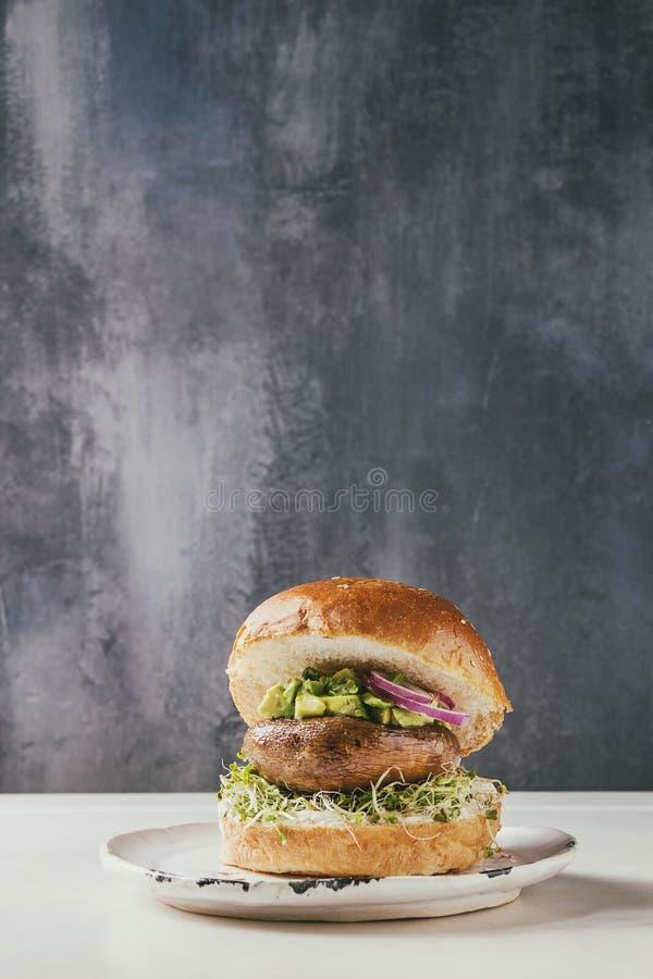 Hemlagad strikt vegetarianhamburgare arkivbild