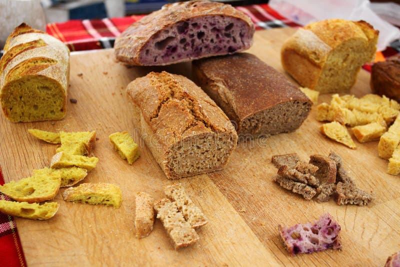 Hemlagad sund brödgluten frigör Färgrikt bröd som göras från sunda sädesslag sunt gluten-fritt bröd som är rooty bakgrundstextur fotografering för bildbyråer