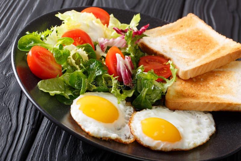 Hemlagad sund frukost: stekte ägg med sala för ny grönsak arkivfoto